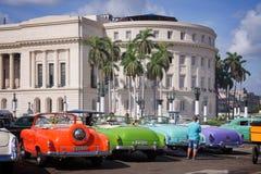 Os carros americanos do vintage estacionaram na frente do Capitolio em Havana velho fotografia de stock