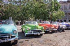 Os carros americanos do vintage estacionaram na rua principal de Havana velho imagem de stock royalty free