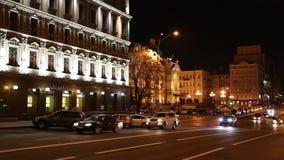 Os carros aproximam a construção com iluminação filme