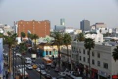 Os carros, as camionetes, e os ônibus movem-se ao longo de um Hollywood ocupado Imagem de Stock Royalty Free