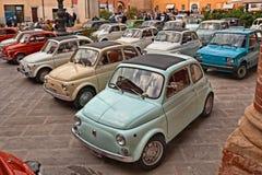 Os carros clássicos italianos Fiat 500 estacionaram no quadrado principal durante o auto vintage da 24a reunião no 11 de novembro fotos de stock royalty free