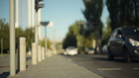 Os carros conduzem ao longo da estrada na cidade Vista borrada filme