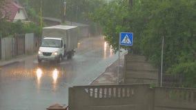 Os carros conduzem no temporal filme