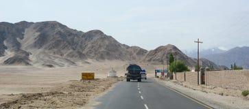 Os carros correm na estrada da montanha em Yunnan, China Fotografia de Stock Royalty Free