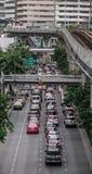 Os carros correm na rua de Banguecoque, Tailândia imagem de stock
