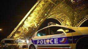 Os carros da ambulância e da polícia estacionaram no dever no lugar aglomerado, guardando a ordem pública vídeos de arquivo