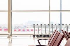 Os carros da bagagem são fornecidos nos aeroportos Imagens de Stock Royalty Free
