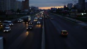 Os carros da estrada são comer acelerado, lapso de tempo vídeos de arquivo