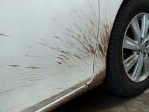 Os carros da lama devido à condução da estação das chuvas devem ser limpados e lustrado fotos de stock