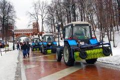 Os carros da limpeza limpam a estrada no parque de Tsaritsyno em Moscou Imagem de Stock Royalty Free