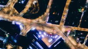 Os carros das estradas de Origo da cidade de Timelapse do zangão da noite iluminam carros rápidos do tempo do zangão da máquina d video estoque