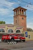 Os carros de bombeiros estão na prontidão completa na terra na frente do Foto de Stock