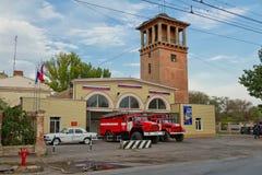 Os carros de bombeiros estão na prontidão completa na terra na frente do Fotografia de Stock Royalty Free