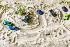 Os carros de competência na areia competem no jogo Oposição forte Imagens de Stock Royalty Free