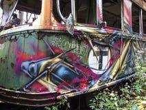 Os carros de trole abandonados encurralam a vista com janelas quebradas Imagens de Stock