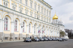 Os carros do governo estacionaram perto do palácio grande do Kremlin Imagens de Stock