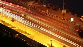 Os carros do lapso de tempo da estrada de cidade da noite movem-se deixando traços longos vídeos de arquivo