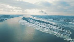 Os carros e o trem movem-se em uma ponte sobre uma metragem aérea congelada do zangão do rio video estoque