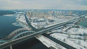 Os carros e o trem movem-se em uma ponte sobre uma metragem aérea congelada do zangão do rio filme