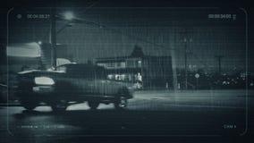 Os carros e os povos do CCTV passam restaurantes na noite video estoque