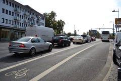 Os carros estão esperando um sinal de tráfego Foto de Stock Royalty Free