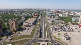 Os carros estão movendo sobre estradas e a junção de estrada redonda na cidade grande, vista aérea filme
