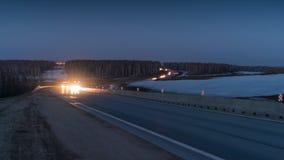 Os carros estão passando perto na estrada noite vídeos de arquivo