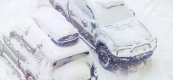 Os carros estacionados nevaram durante uma queda de neve Fotos de Stock Royalty Free