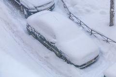 Os carros estacionados nevaram durante uma queda de neve Imagens de Stock Royalty Free