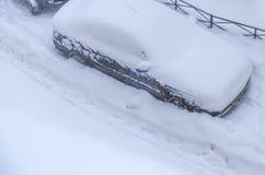 Os carros estacionados nevaram durante uma queda de neve Fotografia de Stock Royalty Free