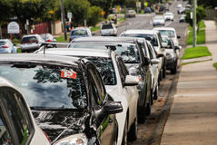 Os carros estacionaram na rua, um carro do chapeador do ` do ` p com um sinal indicado Imagens de Stock Royalty Free