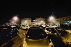 Os carros estacionaram no quadrado central da cidade de Novara em Itália toning foto de stock