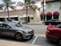 Os carros muito caros estacionaram em uma rua no Palm Beach imagem de stock royalty free
