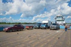 Os carros na plataforma do rio ferry Cruzando o rio Volga na cidade de Myshkin Imagens de Stock