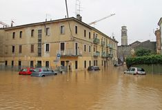Os carros nas ruas e nas estradas submergiram pela lama da inundação fotos de stock
