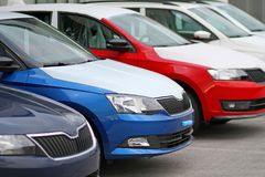 Os carros novos para a venda estacionaram na frente de um carro, loja do negociante do motor, loja Imagens de Stock Royalty Free