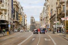 Os carros param em um sinal em uma rua em Gran através de foto de stock royalty free