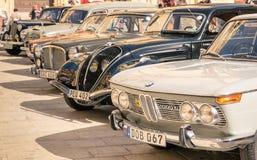 Os carros retros clássicos de Vntage estacionaram em Mdina - Malta Foto de Stock Royalty Free