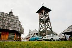 Os carros retros estacionaram perto da torre de madeira Foto de Stock Royalty Free