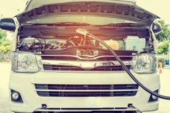 Os carros são gás nas estações Fotografia de Stock