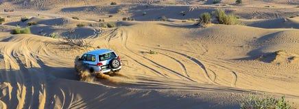 Os carros seguem em uma estrada da areia no deserto, comp(s) offroad da reunião do carro Imagens de Stock Royalty Free