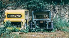 Os carros velhos rejeitados sairam por anos pela parede foto de stock