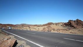 Os carros, velomotor que conduzem na estrada/estrada vazias no deserto ajardinam video estoque