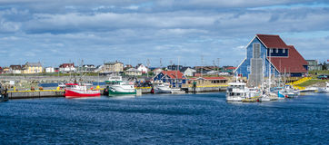Os cartão de Bonavista, aldeias piscatórias de Terra Nova veem barcos em repouso para o dia na água litoral calma Foto de Stock