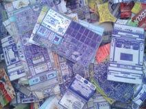Os cartões alinharam com uma pena, sob a semelhança de meios de uma comunicação técnicos fotografia de stock royalty free