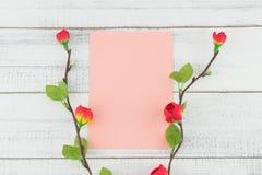 Os cartões cor-de-rosa vazios decorados com a flor vermelha falsificada ramificam Imagem de Stock Royalty Free