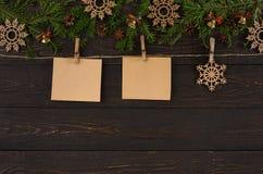 Os cartões da decoração do Natal e o ornamento de madeira do floco de neve na guita rope, fundo do quadro da festão Fotos de Stock Royalty Free