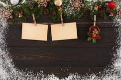 Os cartões da decoração para cumprimentos e o Natal fundo do quadro envolvem-se, dos ornamento e da festão Imagem de Stock Royalty Free