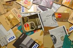 Os cartões de crédito cortaram na metade imagens de stock