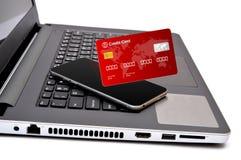 Os cartões de crédito em chaves de teclado fecham-se acima Imagens de Stock Royalty Free